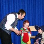 Auch als Zauberkünstler sorgt er für leuchtende Kinderaugen